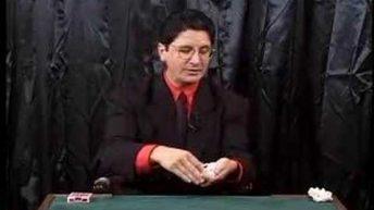 Ảo thuật bài biến cây bài từ giữa lên đầu một cách kì lạ