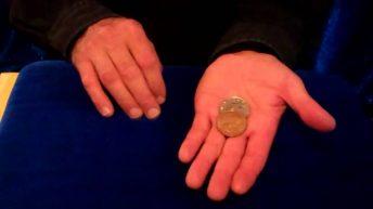 Ảo thuật đồng xu đổi màu trong lòng bàn tay